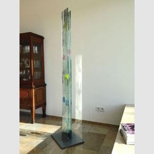Glasstele, 2015, 1,85m hoch - 25 cm breit, 2 Scheiben aus Sicherheitsglas, frei stehend auf einen Metallsockel montiert.